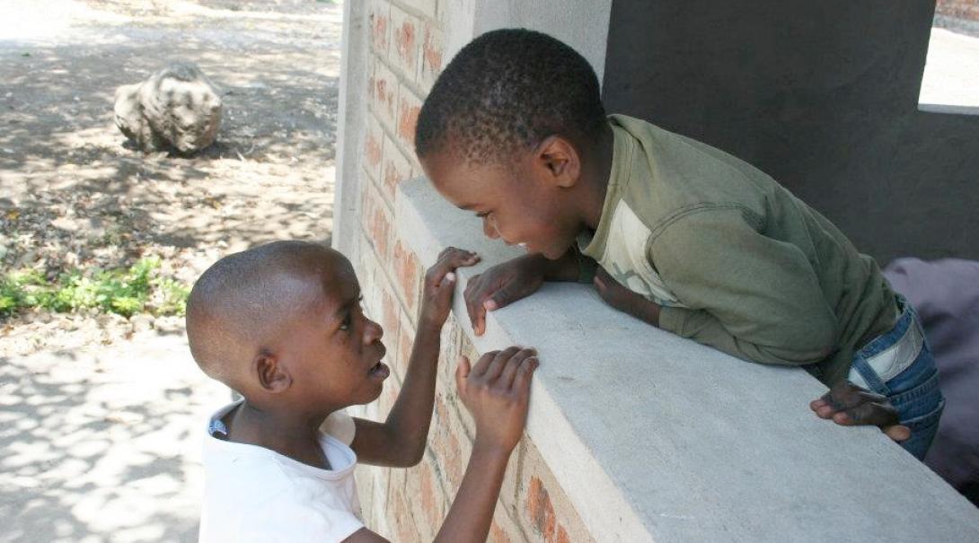 建設されたばかりの学校ではしゃぐタンザニアの子供たち